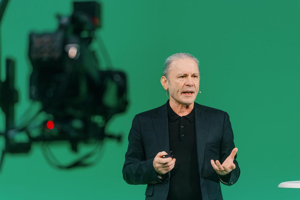 Vaikuttavassa ja viihdyttävässä Cisco Studiossa nähtiin huippuesiintyjiä Iron Maiden -yhtyeen solistin Bruce Dickinsonin johdolla.